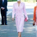 Ein Traum in Rosa! Bei einem offiziellen Termin zeigt sich Königin Letizia von Spanien in diesem traumhaften Outfit. Sie kombiniert das figurbetonte Blazerkleid mit roséfarbenen Samt-Pumps und einer pinken Clutch. Ihre Ohrringe wählt sie allerdings in einem ganz anderen Ton ...