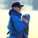 29. Mai 2021  Da ist er! Bei schönstem Sonnenschein besucht Zara Tindall den Reitplatz in Houghton, Norfolk, und da sie diesmal nicht mit Kinderwagen sondern mit Babytragetasche unterwegs ist, können wir endlich einen ersten Blick auf ihren süßen Lucas werfen, der am 21. März zur Welt gekommen ist.