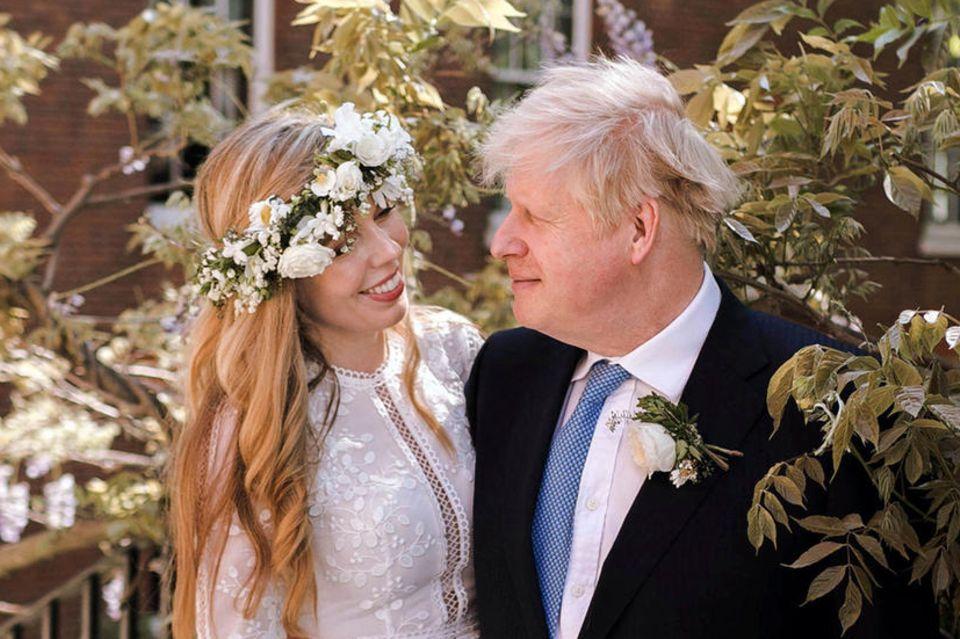 Still und heimlich haben Premierminister Boris Johnson und seine Verlobte Carrie Symonds sich in der Westminster Cathedral in London das Jawort gegeben. Für diesen besonderen Moment wählt die 33-Jährige ein langes Brautkleid im Boho-Stil mit Lochstickereien und ausgestellten Ärmeln. Dazu trägt sie einen lockeren Blumenkranz und Locken. Definitiv mal etwas ganz anderes!