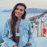 Diesen hübschen Urlaubs-Schnappschuss postet Sophia Thomalla auf Instagram. Dabei fällt auf: An ihrem Outfit scheint jedes noch so kleinste Detal durchgeplant zu sein. Sie kombiniert eine hellblaue Jeansjacke mit passender Jeans und weißem Crop Top. Sogar ihre Fingernägel passen farblich zum Look. Zu schade, dass die Schuhe nicht auf dem Bild zu sehen sind. Die machen ihr Konzept garantiert rund.