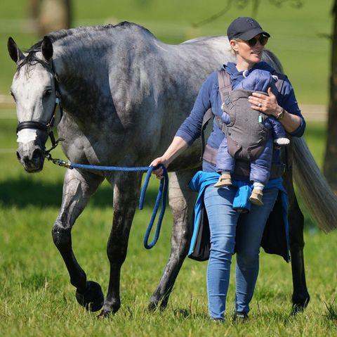 Zara Tindallund Baby Lucas bei den Houghton International Horse Trials am 29. Mai 2021.