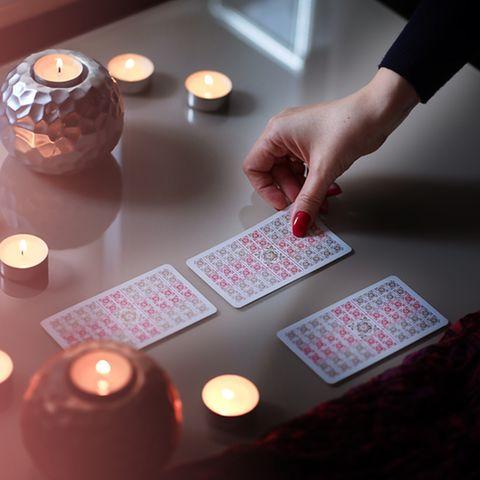 Tarotkarten legen: Frau legt Tarotkarten.