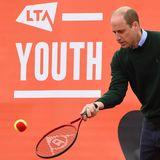 """Auch Gatte Prinz Williambleibt während der Tennisstunde im """"Craiglockhart Tennis Centre"""" problemlos am Ball."""