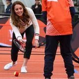 """Ups, dieser Ball ging wohl daneben! Herzogin Catherine nimmt's sportlich und meistert während ihrer Schottlandreisezusammen mit einigen Schülerndie Übungen aus dem Jugendprogramm des britischen Tennis-Dachverbandes """"Lawn Tennis Association""""."""
