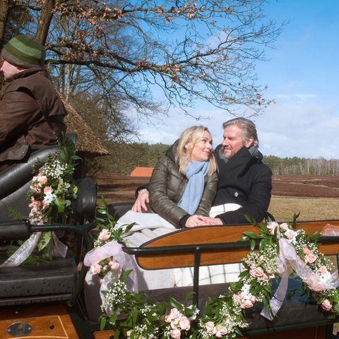 Jens macht seiner Mona einen romantischen Heiratsantrag.