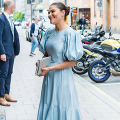 """In Stockholm wird der jährliche """"Astrid Lindgren Memorial Award"""" verliehen. Hierzu wirft sich Kronprinzessin Victoria von Schweden besonders in Schale und begeistert dabei mit ganz herzerwärmenden Accessoires. Zu ihrem Satin-Kleid mit verspielten Puffärmeln greift sie nämlich zu ganz besonderem Schmuck. An ihren Ohren strahlen, wie am Jahr zuvor, Ohrringe mit einem silbernen """"Pippi Langstrumpf""""-Anhänger. Um ihren Hals trägt sie eine Kette mit einem Pferde-Anhänger, der den Charakter """"Kleiner Onkel"""" aus dem Kinderbuch von Astrid Lindgren darstellen soll. Was für eine süße Idee!"""