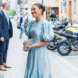 """31. Mai 2021  Kronprinzessin Victoria wird vor dem Kulturhaus Nalen in Stockholm herzlich in Empfanggenommen. Die Prinzessin nimmt heute an der jährlichen Verleihung des Literaturpreises """"Astrid Lindgren Memorial Award"""" teil."""
