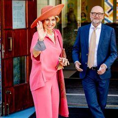 Den kennen wir doch: Königin Máxima zeigt sich zur Eröffnung derKinderbiennale im Groninger Museum mit einem Zweiteiler ihres Lieblingsdesigners Natan. Ein Eyecatcher-Look, den die Royal bereits zum dritten Mal präsentiert. Langweilig? Keineswegs! Denn dieses Mal kombiniert Máxima eine dreireihige Perlenkette und einen breiten Hut zum Pink-Ensemble.