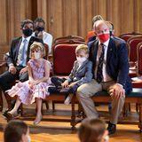 Prinzessin Gabriella lässt während der Vorstellung entspannt die Füßein ihren goldenen Ballerinas baumeln, wohingegen Prinz Jacques eher nachdenklich wirkt. Im Schneidersitz kuschelt er sich an Papa. Aber auch Prinzessin Gabriella hat das Bedürfnis ihresBruders erkannt ...