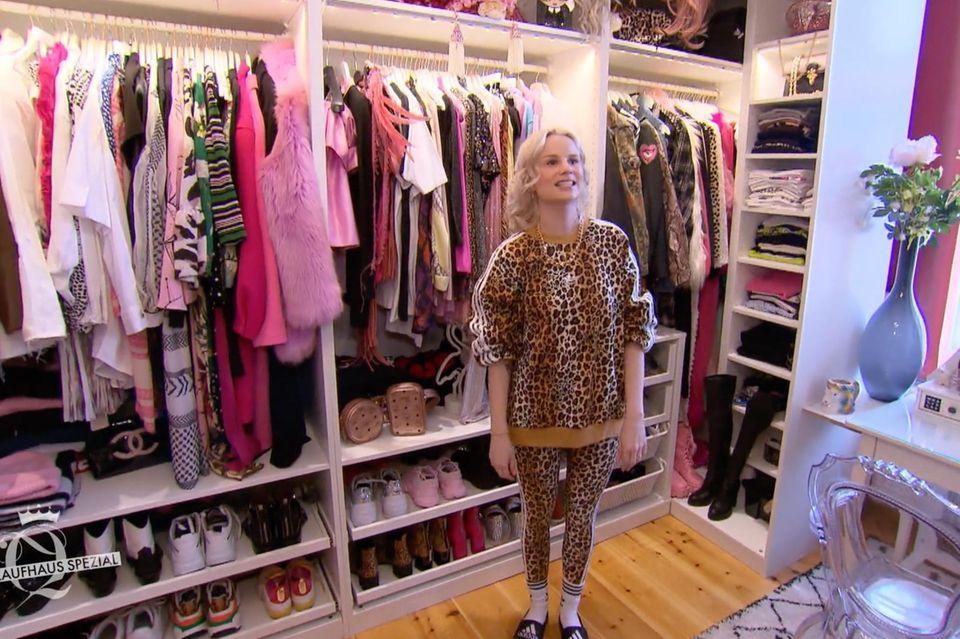 Shopping-Queen-Kanditatin Céline in ihrem XXL-Ankleidezimmer.
