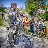 1. Juni 2021  Heute schwingt sich König Willem-Alexander bei schönstem Frühlingswetter auf sein Rad und besuchtzwei Nachbarschaftsinitiativen im Stadtteil Haagse Hout in Den Haag. Vor allem die kleinen Zaungäste freuen sich über Willem-AlexandersBesuch und winken ihm fröhlich zu.
