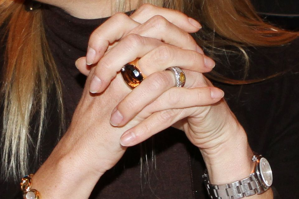 Königin Máxima trägt ihren Verlobungsring während eines öffentlichen Termins am linken Ringfinger.