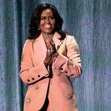 Der lockige Bob ist verschwunden, aber das Lächeln der Frau von Ex-US-Präsident ist immer noch strahlend schön.