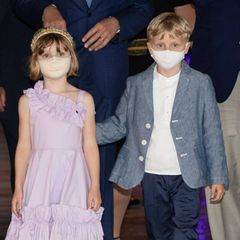 Prinzessin Gabriella und Prinz Jacques besuchen mit Fürst Albert eine Veranstaltung imOzeanographischen Museum in Monaco. Obwohl Mama Charlène nicht dabei sein kann, ist das modische Gespür der Fürstin in den Looks der Zwillingen zu sehen: Gabriella trägt ein fliederfarbenes Kleid mit asymmetrischen Trägern und Raffungen. Es stammt vom italienischen Label Monnalisa und kostet 195 Euro. Dazu kombiniert sie goldfarbene Ballerinas von Dior. Prinz Jacques trägt ein weißes Hemd, eine dunkelblaue Chinohose und ein blaues Jackett in Denim-Optik.