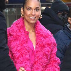 Heute hat sie es geschafft, Alicia Keys ist eine der berühmtesten Soul- und R&B-Sängerinnen, doch eine Sache scheint sich nicht verändert zu haben: Alicia Keys liebt nach wie vor den natürlichen Look, auch wenn es bei der Garderobe mittlerweile glamouröser zugehen darf.