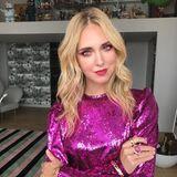 Influencerin Chiara Ferragni teilt gerne ihre Good-Hair-Days mit ihrer Fangemeinde auf Instagram. Und davon hat sie einige: Denn das blonde Haar der Mutter von zwei Kindern glänzt vom Ansatz bis zu den Spitzen. Ihr Styling-Geheimnis? Die Influencerin setzt am liebsten auf die Produkte von ghd. Kein Wunder, dass sie jetzt auch Gesicht der Markeist. Die sanften Beach-Wavesmit Wow-Faktor kombiniert die 34-Jährige zumPailletten-Oberteil und setzt zusätzlich auf ein dramatisches Augen-Make-up in Rot-Lila-Tönen.