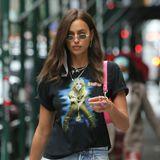 Britney! Es ist nicht das erste Shirt, mit dem Irina Shyak ihre Fan-Liebe für Popstar Britney Spears zur Schau stellt. Und mit zerrissener Jeans könnte der Look nicht lässiger sein.