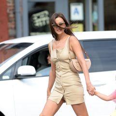 Das perfekte, wasserdichte Outfit für den nächsten New Yorker Sommerregen hat Irina Shayk wohl mit diesem beigefarbenen Ensemble gefunden.