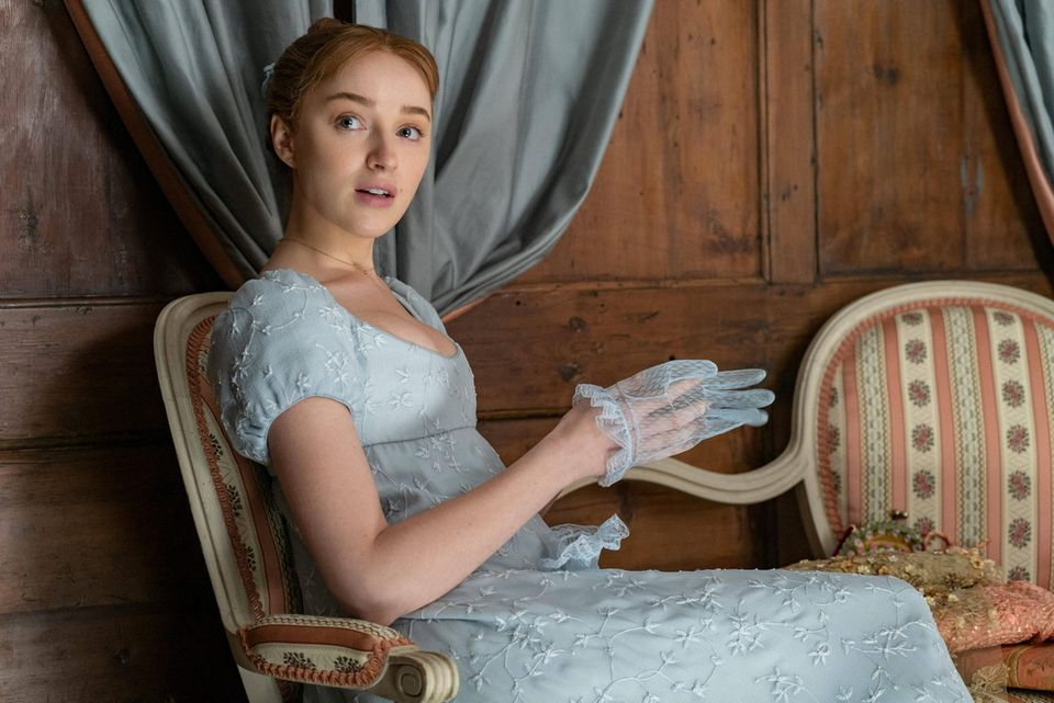 "Phoebe Dynevor am Set der Serie ""Bridgerton"""