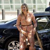 """Königin Máxima besucht in Amsterdam das """"Koninklijk Concertgebouworkest"""", also das Königliche Orchester, dessen Schirmherrin sie ist, unddafür hat sie sich diesen leichten, aber elegantenSommer-Anzug mit Gürtel ausgesucht."""