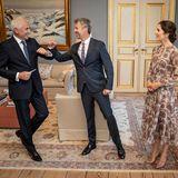 3. Juni 2021  Prinz Frederik und Prinzessin Mary sind die heutigen Gastgeber beim Dinner zum 100-jährigen Bestehen der diplomatischen Beziehungen zwischen Dänemark und den baltischen Staaten. Über den Besuch dieses Herren scheint sich Frederik besonders zu freuen und holt fast zu einer herzlichen Begrüßung aus. Die dänischen Royals empfangen ihre Gäste für das Diplomatenfest im Palais Frederik VIII. von Schloss Amalienborg in Kopenhagen.