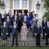 Für das gemeinsame Gruppenfoto stellen Kronprinz Frederik und Kronprinzessin Mary sich mit ihren Gästen auf dieTreppenstufen des Schlosses. Nachdem sie für die Kameras posiert haben, kann das Dinner, welches für das Diplomatenfest ausgerichtetwird, beginnen.