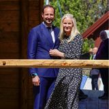 Auch in Norwegen sind die Royals heute in Feierlaune. Bei strahlendem Sonnenschein besuchen Kronprinz Haakon und Kronprinzessin Mette-Maritim Rahmen der Feierlichkeiten zum 250. Geburtstag des norwegischen Laienpredigers Hans Nielsen Hauge die Kathedrale der Hoffnung.