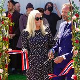 """Gut gelauntzerschneidet Prinz Haakon mit Prinzessin Mette-Marit an seiner Seite das Band zum Start des """"Sonnenscheinfest""""und auch die Gäste stehen schon in den Startlöchern um mit den Feierlichkeiten zu beginnen."""