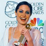 """1998  Ihren ersten Golden Globe für den Fernsehfilm """"Wallace"""" feiert Angelina Jolie mit Pixie-Cut-Frisur und dunkelblauem Lidschatten."""