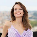 """2019  Schöner denn je! Bei einem Fototermin für den zweiten Teil von""""Maleficent"""" in Rom strahlt Angelina Jolie eine Natürlichkeit und innere Ruhe aus, die verstehen lässt, warum sie zu den schönsten Frauen der Welt gezählt wird. Wenn die Corona-Pandemie überwunden und Red-Carpet-Events wieder möglich sind, freuen wir uns auf die ersten Bilder, die ihr tolles Lächeln nicht hinter einer Maske verstecken."""