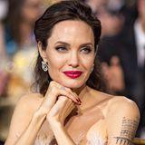 2018  Trotz aller Seriösität ist Angelina im Glamour-Styling mit funkelndem Schmuck und knallig pinkfarbenem Lippenstift einfach unschlagbar. Mit diesem tollen Look begeisterte sie bei denAnnual Critics' Choice Awards in Santa Monica. Der Scheidungsstress nach der Trennung von Brad Pitt 2016 ist ihr wirklich nicht anzusehen gewesen.