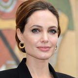 2012  Angelina Jolie ist über die Jahre ernsthafter geworden, und diese Ernsthaftigkeit steht ihr mit schlichten Hochsteckfrisuren auch ganz hervorragend.