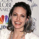 """2000  Bei den Golden Globes, wo sie als beste Hauptdarstellerin für ihre Rolle in """"Durchgeknallt"""" ausgezeichnet wurde,überrascht Angelina mit silbergrauem Haar."""