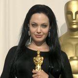 2000  Einige Wochen später kommt bei den Oscars gleich die nächste Style-Überraschung: Mit superlangem, schwarzem Haar und schön geschwungenem Eyeliner gewinnt Angelina ihren ersten Oscar.