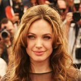 2007  Bei den Filmfestspielen in Cannes bezaubert Angelina Jolie mit hellerer Haarpracht und stylischerBrigitte-Bardot-Frisur. Das erste Jahr nach der Geburt von Tochter Shiloh hatte sie noch schöner gemacht als sowieso schon.