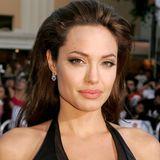 """2005  Bei der Premiere von """"Mr. & Mrs. Smith"""" strahlt Angelina Jolie nur so vor Sexappeal. Bei den Dreharbeiten hatte sie Brad Pitt kennengelernt, die Beziehung der beiden war aber noch geheim. Trotzdem war dieChemie zwischen den beiden kaum zu übersehen, und das sah man auch ihr an."""