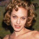 1998  Wie jede junge Frau probiert auch Angelina Jolie neue Haarfarben aus. Dunkelblond z.B. und das mit Marilyn-Monroe-Look.