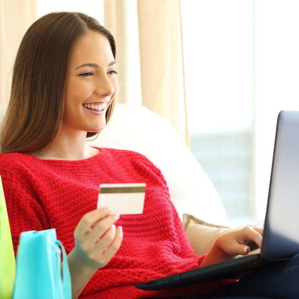 Amazon Prime Day: Das erwartet Sie, Junge Frau mit dunklen Haaren kauft online ein