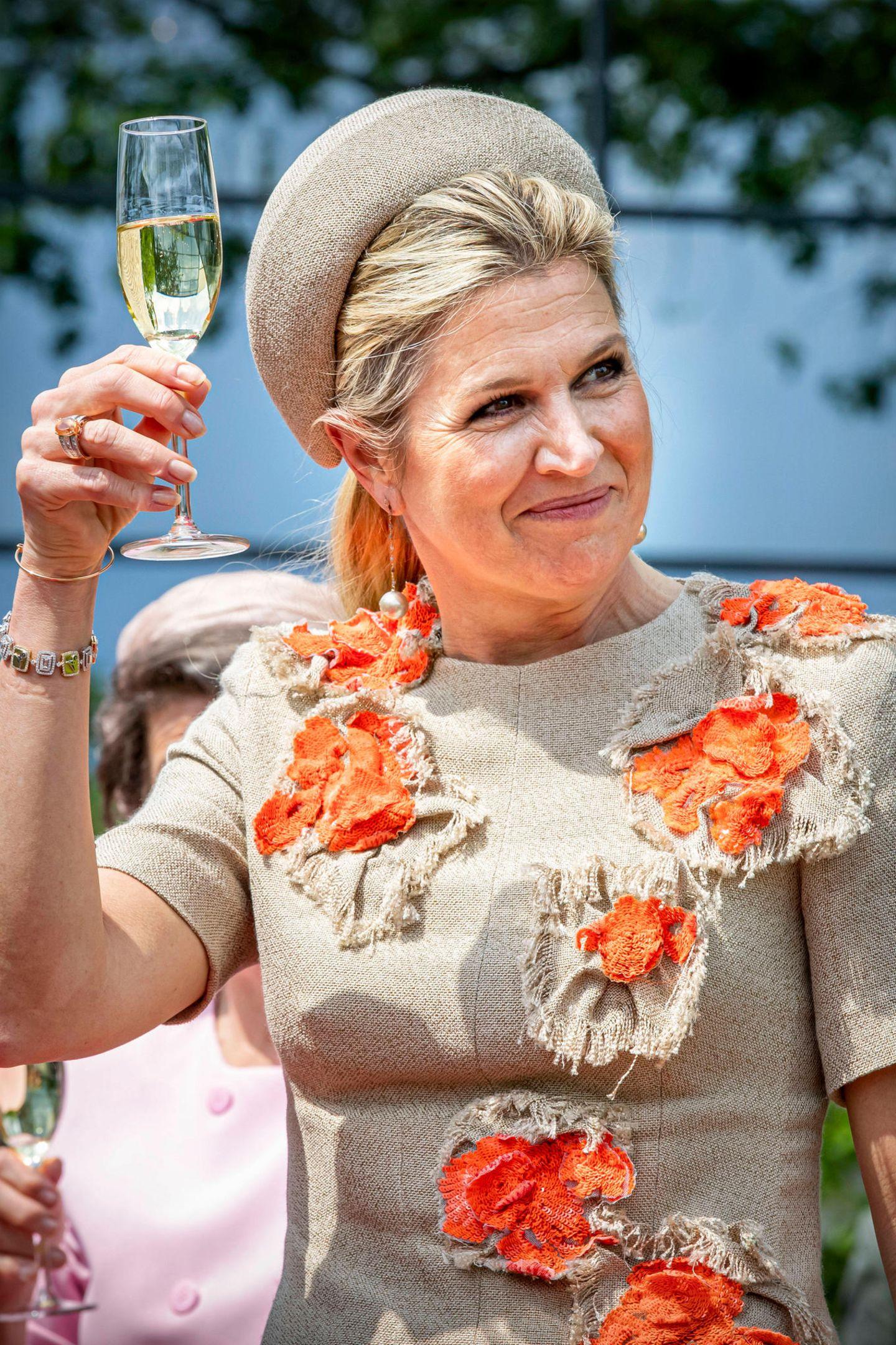 Der krönende Abschluss ihres Termins in einer Rösterei: Königin Máxima stößt mit einem Glas Prosecco an und lässt den Abend entspannt ausklingen.