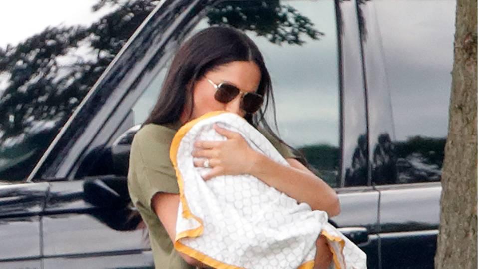 Herzogin Meghan setzt im Sommer auf lange Leinenkleider in der Farbe Khaki.