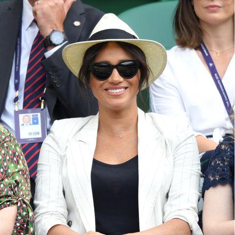 Herzogin Meghan mit Sonnenbrille und Panama-Hut.