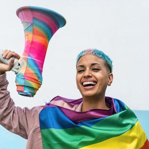 Queere Sprache: Eine Hilfestellung, junge Frau, Regenbogenfahne, Megafon