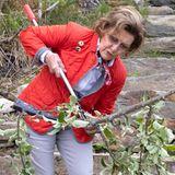 5. Juni 2021  Königin Sonja von Norwegen packt mit an! Bei derfeierlichen Eröffnung eines Wanderweges im Wald bei Lofthus durchtrennt sie einen Ast – ein symbolischer Akt. Hierbei zeigt sie sich sportlich-leger und trägt eine knallrote Jacke sowiebequeme Sneaker.