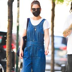 Katie Holmes schafft es immer wieder, Outfits mühelos stylisch wirken zu lassen. Ihr Denim-Jumpsuit hätte viele Frauen kindlich wirken lassen, Katie kreiert mit der Kombi aus Loafern, Tote-Bag und leichter Cat-Eye-Brille einen lässigen Streetstyle.