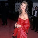 Im Jahr 1998 trägt Brooke Shields bei den Golden Globes ein rotes Off-Shoulder-Kleid. 23 Jahre später kriegt die Robe einen zweiten großen Auftritt ...