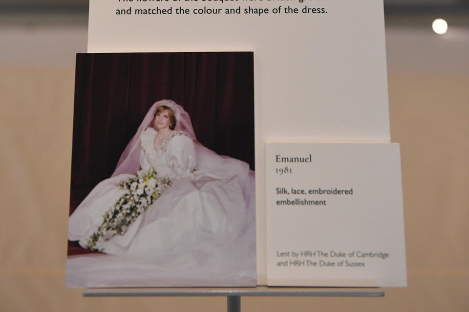 """Zum Start der Ausstellung """"Royal Style in the Making"""" wird im Hinweis auf die Leihgabe Prinz Harrynochals """"königliche Hoheit"""" bezeichnet."""