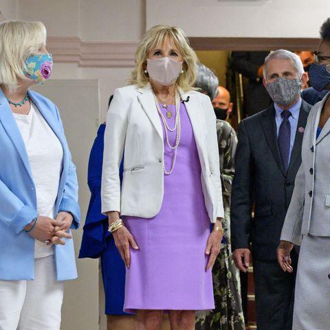 Zusammen mit Chef-VirologeDr. Anthony Fauci (l.) besucht First Lady Dr. Jill Biden das Impfzentrum derAbyssinian Baptist Church in Harlem, New York. Und farblich zeigt sie sich dafür besonders hoffnungsvoll: Sie trägt mit fliederfarbenem Kostüm unter dem weißen Blazer nämlich DIE Trendfarbe des Jahres.