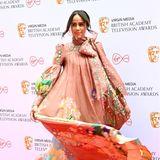 Schauspielerin Zawe Ashton nimmt uns mit ihrem fließenden Seiden-Dress von Zimmermann mit ein stylisches Fantasyland.