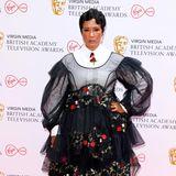 """Große Auftritte hat """"Bridgerton""""-KöniginGolda Rosheuvel nicht nur in der Erfolgsserie, sondern in diesem Jahr auch auf dem roten Teppich der BAFTAs. Das Tüll-Outfit mit Rosen-Applikationen von Dionne Smith ist nicht zu übersehen."""