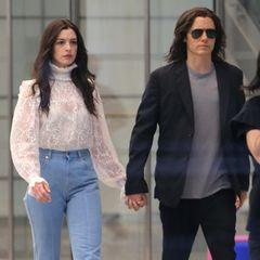 """Sehen wir hier das neue It-Couple Hollywoods? Nee, dieser Paparazzi-Schnappschuss zeigt Anne Hathaway und Jared Leto am Set ihres neuen Filmes """"We Crashed"""" in New York City. Während Anne auf Schlaghose und weiße Spitzenbluse setzt, zeigt sich Jared mit lässigem Jackett und cooler Sonnenbrille. Also rein optisch passen die beiden wirklich perfekt zusammen!"""